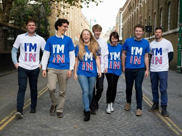I ragazzi di Britain stronger in Europe, favorevoli a rimanere nell'Unione, fanno campagna con T-shirt