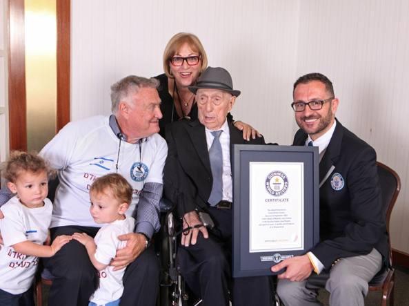Israel Kristal, al centro, con i nipotini Nevo e Omer, il figlio Heim e la figlia Shula Kuperstoch nella sua casa di Haifa, in Israele, dove vive dal 1950 (Afp)