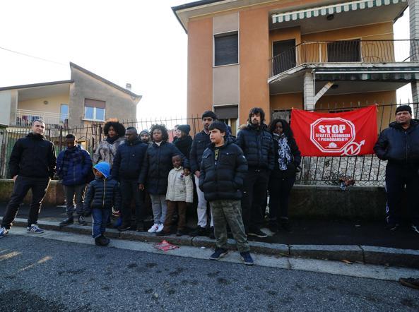 Gli occupanti e gli antagonisti davanti alla villetta dei Donegani a Brescia