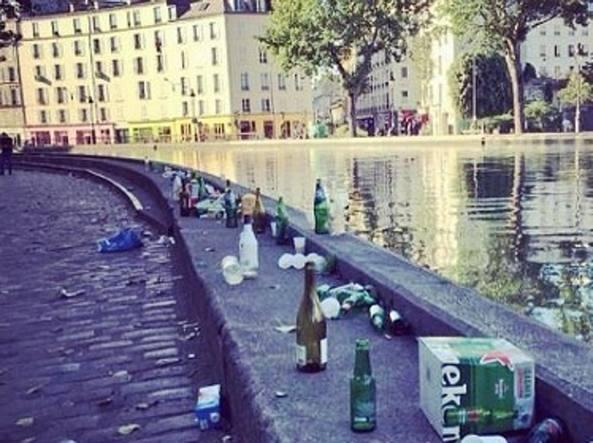 Un'area di Parigi attraversata dal Canal Saint Martin con rifiuti di tutti i tipi (Afp)