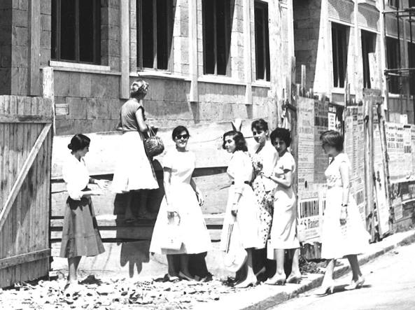 Young scholars in front of Timpano building at Scuola Normale, in Pisa (Foto archivio Rcs)