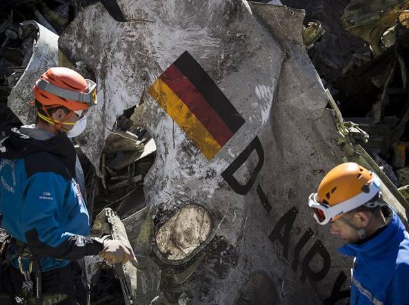 I soccorritori dopo lo schianto del volo Germanwings (Afp)