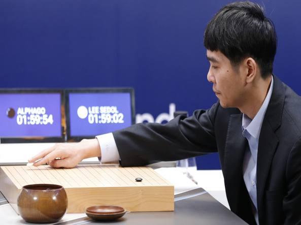 Lee Sedol pone la sua prima pietra all'inizio della quarta partita contro AlphaGo (Ap)