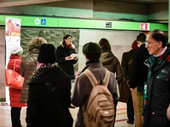 Lisa Capaccioli legge Anna Achmatova nella stazione del metrò Garibaldi a Milano (Foto Fotogramma)