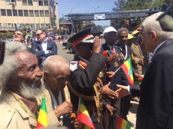 Un ex partigiano etiope che combattuto contro gli italiani nel '41 saluta militarmente il presidente della Repubblica