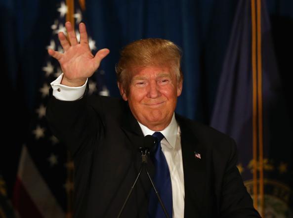 Donald Trump durante la notte elettorale per le primarie in New Hampshire (AFP)