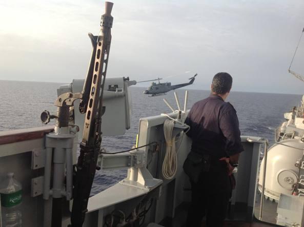 Un elicottero della Marina militare impegnato in una missione di soccorso per gli immigrati (foto archivio)