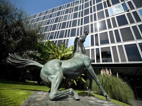 La statua del �Cavallo morente� di Francesco Messina davanti alla sede Rai di viale Mazzini a Roma