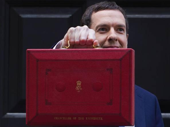 George Osborne con la valigetta rossa contenenti le misure economiche britanniche