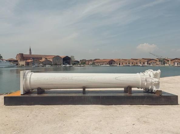 La colonna corinzia dell'artista albanese Adrian Paci, nata dal video The Column, esposta alla Biennale di Architettura l'anno scorso
