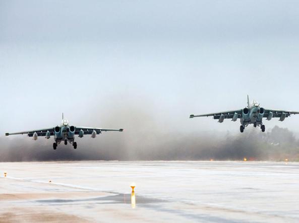 Due caccia russi Sukhoi SU-25 in decollo dalla base di Hmeymim