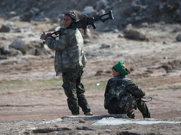Due soldatesse curde nella regione del Rojava (Getty)