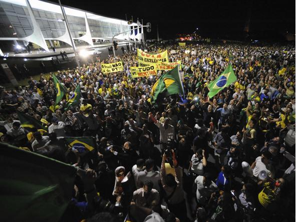 La protesta sotto il palazzo presidenziale di Brasilia  (Afp/Anholete)