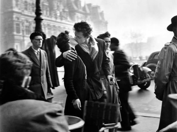 Il bacio dell'Hotel de Ville di Robert Doisneau