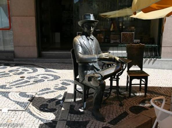 La statua del poeta Fernando Pessoa a Lisbona