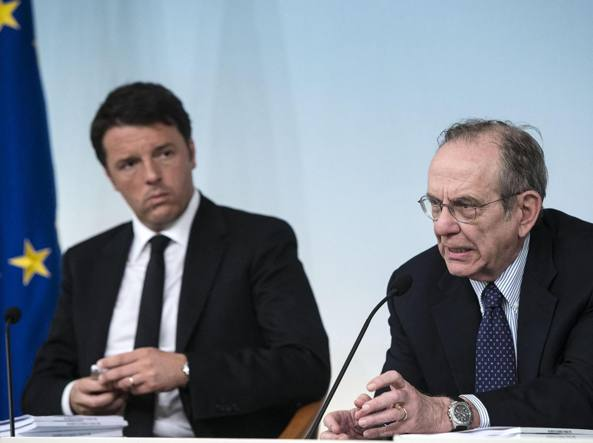 Il presidente del Consiglio, Matteo Renzi, e il ministro dell'Economia, Pier Carlo Padoan (Ansa)