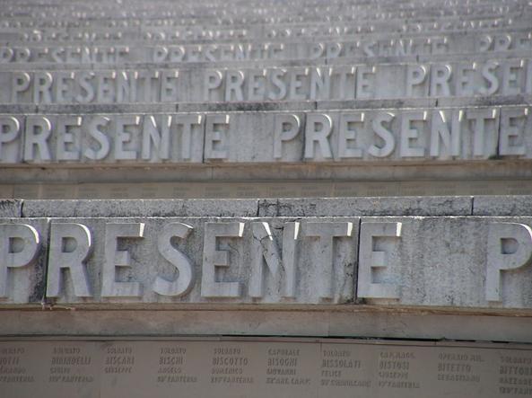 La scalinata del sacrario di redipuglia con i nomi dei caduti italiani