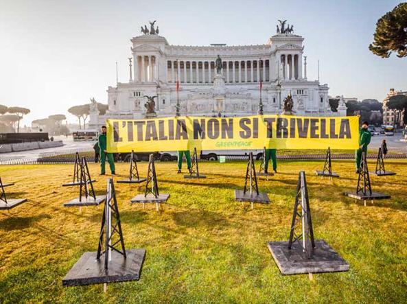 Protesta di Greenpeace davanti all'Altare della Patria (Ansa)