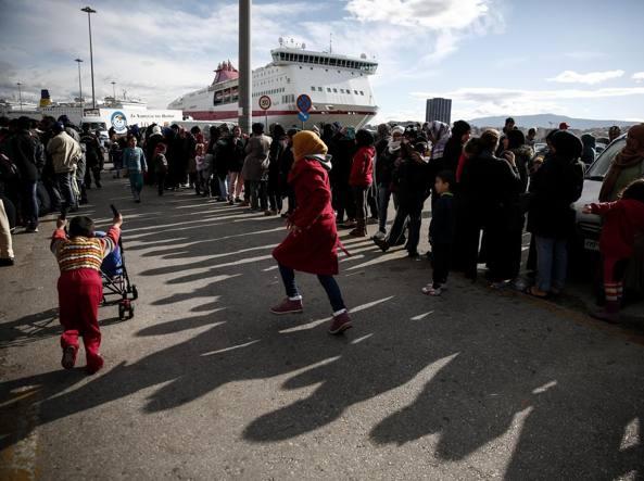 Migranti in coda al Pireo (Ap)