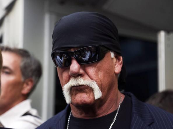 Hulk Hogan, il cui vero nome è Terry Bollea, fuori dal tribunale dopo la sentenza di venerdì che gli ha concesso 115 milioni di risarcimento (Ap)