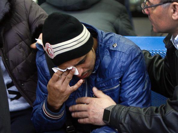 Le lacrime di uno dei parenti all'aeroporto di Rostov (foto Afp)