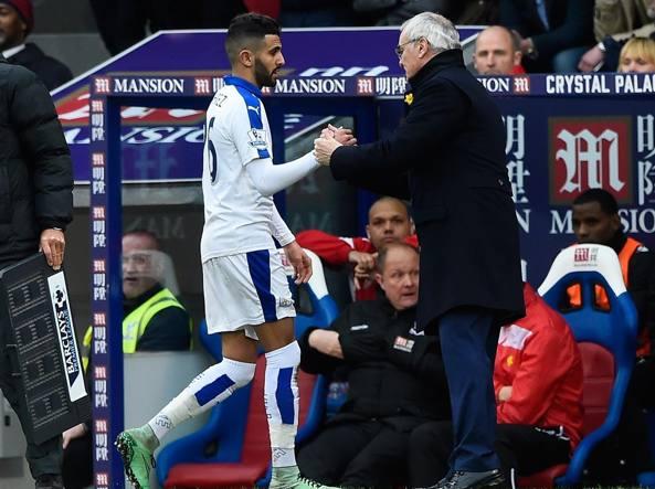 Riyad Mahrez e Claudio Ranieri durante la sfida al Crystal Palace (Getty Images/Hewitt)