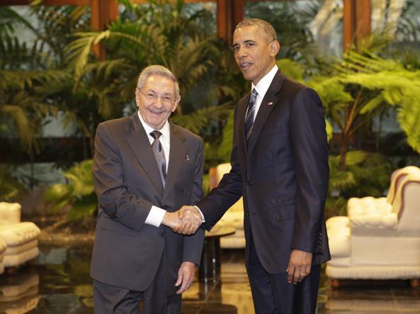 Raúl Castro e  Barack Obama si stringono la mano (Ap)
