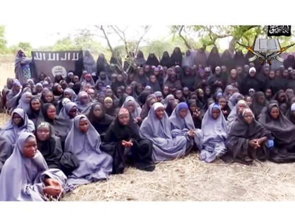 Le studentesse di Chibok prigioniere dei Boko Haram in un frame tratto da un video diffuso dal gruppo terroristico nel maggio 2014