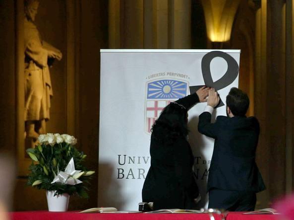 Un nastro nero, in segno di lutto, e un libro per raccogliere i pensieri e le condoglianze, all'Università di Barcellona (Epa)