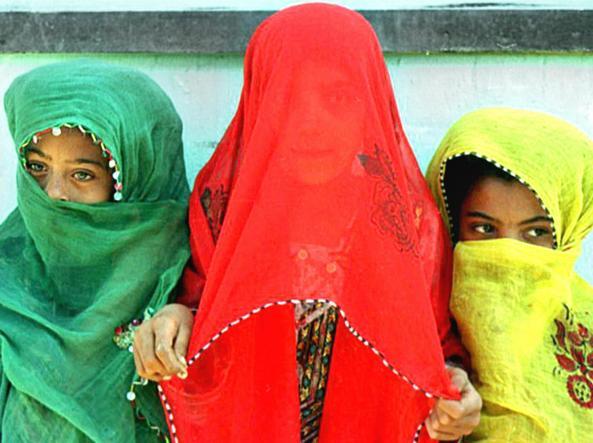 Tre ragazzine coperte dai veli colorati (foto di Jamshid Bairami / Afp)