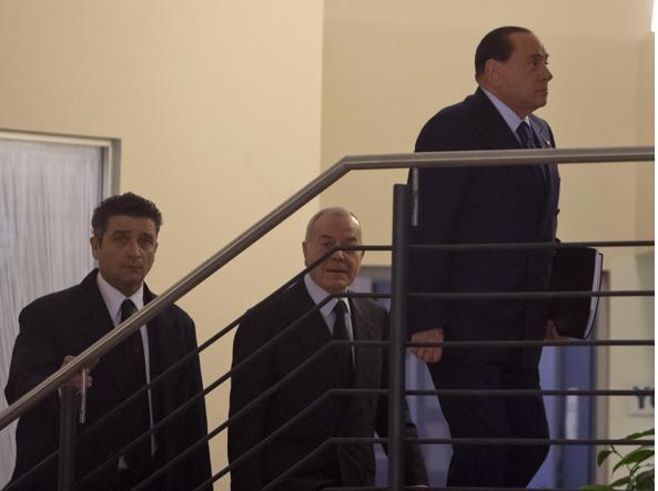 18 gennaio, Silvio Berlusconi e Gianni Letta entrano nella sede del Pd del Nazareno (Ansa)