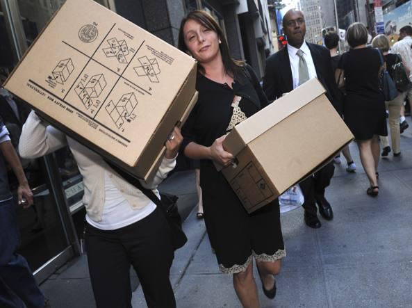 New York, 15 settembre 2008. Dopo il fallimento della Lehman Brothers i dipendenti, licenziati, lasciano gli uffici con i loro pacchi (Ap/ Louis Lanzano)
