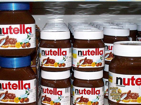 Barattoli della Nutella negli scaffali di un supermercato