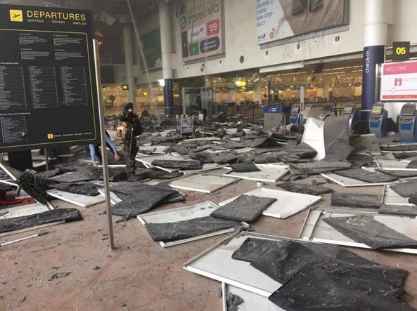 Le immagini dell'aeroporto Zaventem colpito dall'esplosione (Facebook)