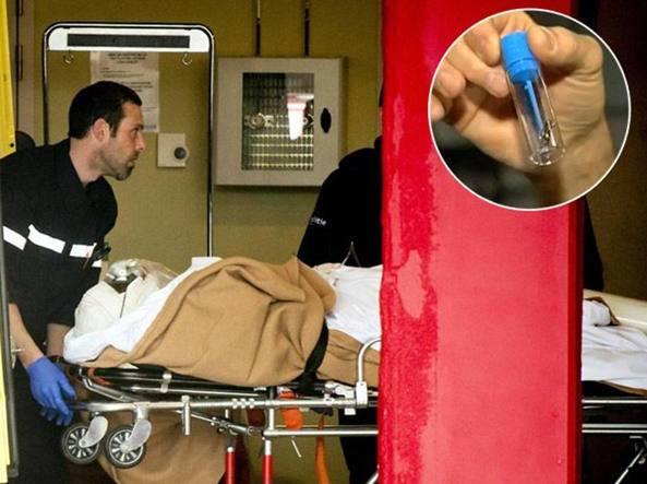 Nella provetta mostrata da un medico, un frammento metallico trovato in sala  operatoria (Fotogramma)