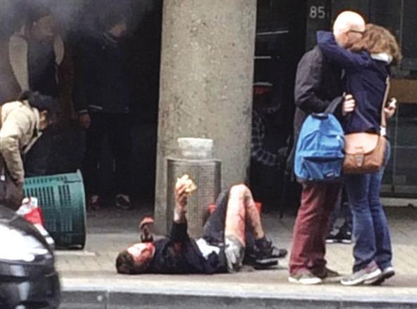 Un ferito davanti alla stazione della metro di Maelbeek (Foto Twitter)