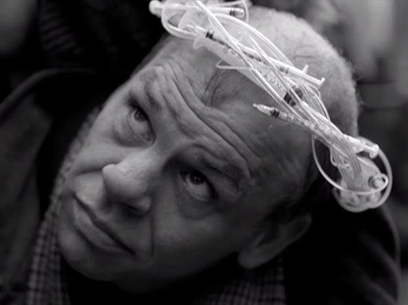 L'ex tossicodipendente che interpreta Gesù con la corona di siringhe