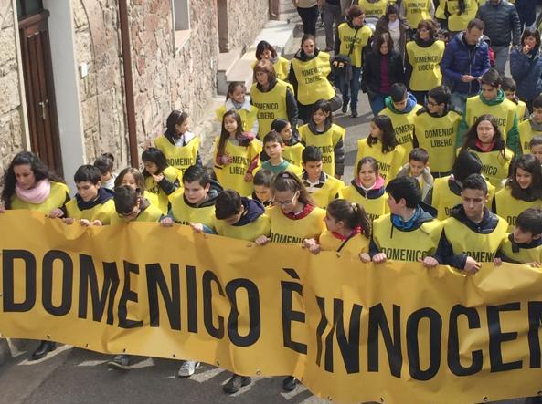 I cittadini di Busachi in corteo contro la condanna di Domenico Fadda