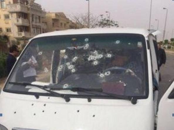 L'auto della gang crivellata di colpi al Cairo