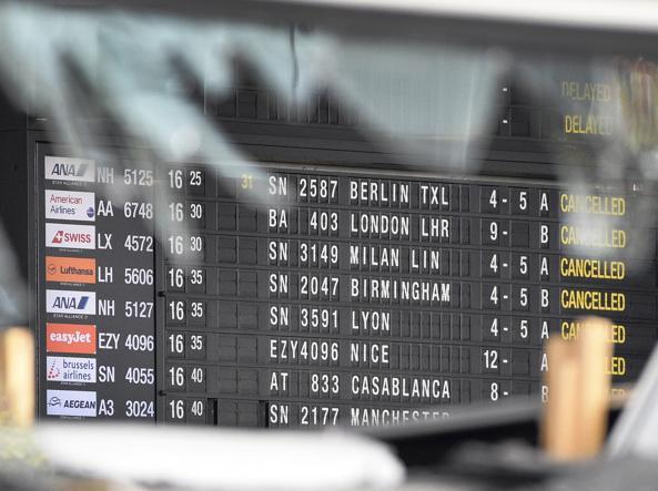 Il tabellone con i voli in partenza  all'interno dell'aeroporto di Bruxelles (foto Jansens/Reuters)