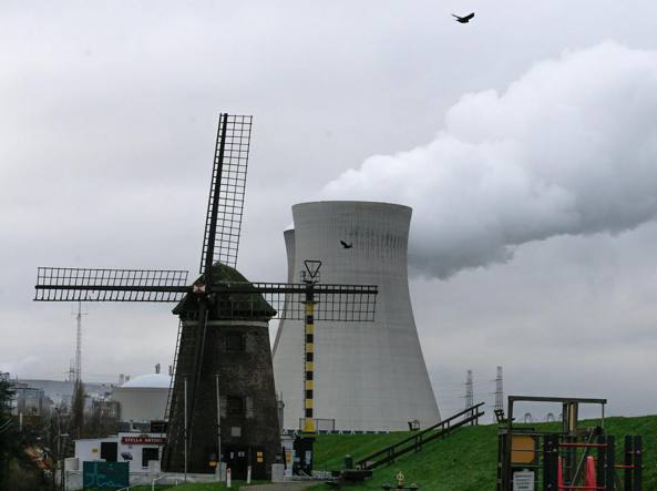 La centrale nucleare belga di Doel (Epa)