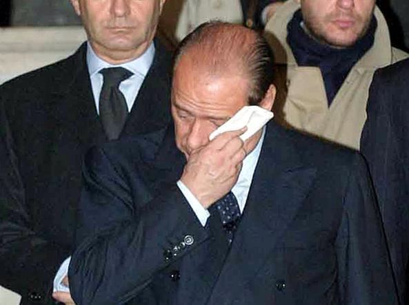 Berlusconi in lacrime davanti alle salme dei soldati uccisi a Nassiriya, 2003 (Ansa)