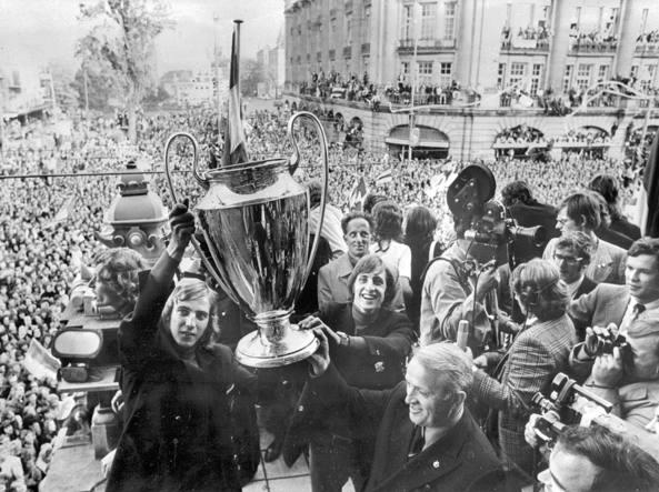 Cruyff con la Coppa dei Campioni vinta dopo la finale con l'Inter  nel 1972