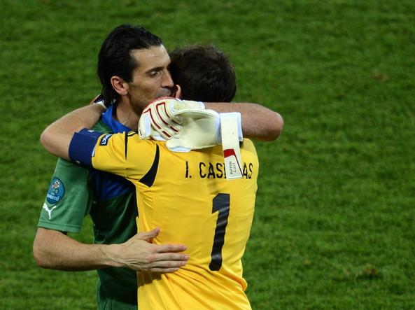 Gigi buffon e Iker Casillas dopo la finale Spagna-Italia di Euro 2012, il primo luglio a Kiev (Afp/Pachoud)
