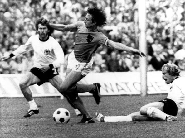 Johan Cruyff, a lla finale dei Mondiali '74 contro la Germania Ovest (Epa)