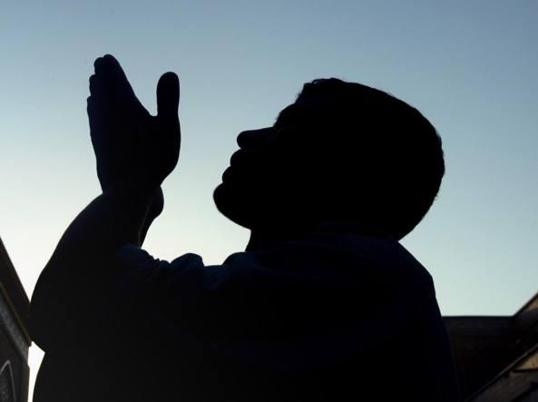 Islamico in preghiera (Reuters)