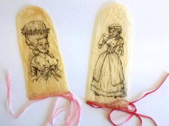 Due preservativi in vescica di pecora lavata e decorata, del XVII secolo. Riutilizzabili, li producevano i guantai: gi� dai tempi di Shakespeare si chiamavano �Venus' Gloves�, guanti di Venere.