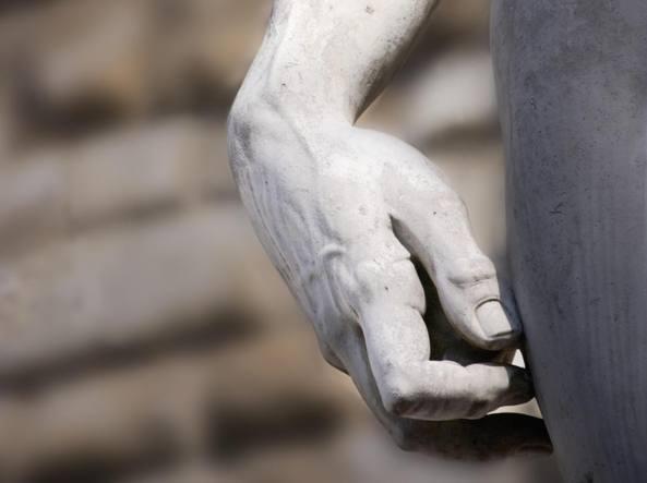 Una mano del David di Michelangelo in piazza della Signoria a Firenze (Getty Images)