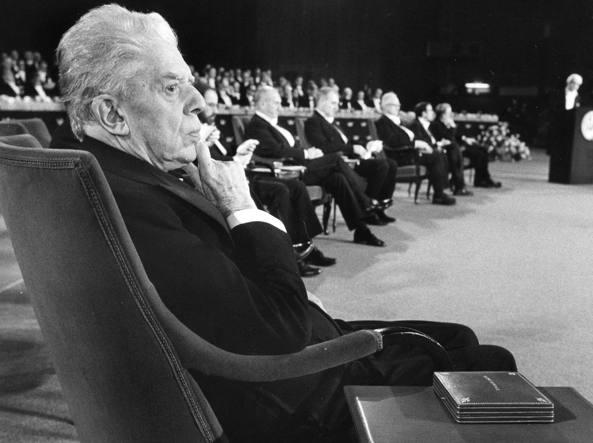 Eugenio Montale (1896-1981) durante la cerimonia del Premio Nobel nel 1975