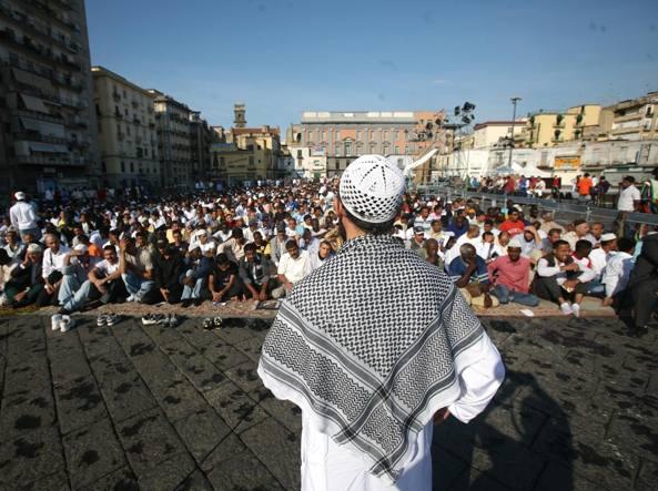 Musulmani in preghiera in piazza Mercato a Napoli per festeggiare la fine del Ramadan (Kontro Lab)